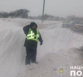 Ο βλάκας της ημέρας: Κάλεσε την αστυνομία για δήθεν φόνο στο σπίτι του  - Ήθελε απλά να το καθαρίσουν το χιόνι (φωτό) - Κυρίως Φωτογραφία - Gallery - Video
