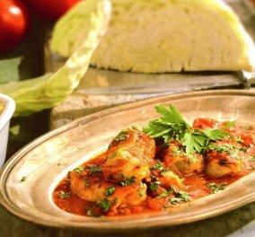 Η Αργυρώ Μπαρμπαρίγου μας ετοιμάζει ένα αγαπημένο φαγητό - Λαχανοντολμάδες κοκκινιστοί - Κυρίως Φωτογραφία - Gallery - Video