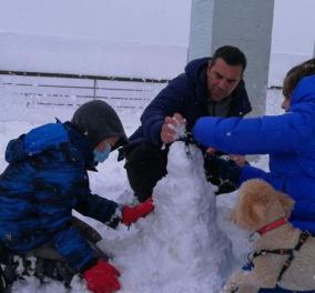 H ώρα του παιδιού για τον Αλέξη Τσίπρα και τους γιους του - Έφτιαξαν χιονάνθρωπο παρέα με το σκυλάκι τους (φωτό) - Κυρίως Φωτογραφία - Gallery - Video