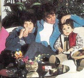 Ο Γιάννης Πάριος σε μια τρυφερή φωτογραφία: Μαζί με τους γιους του Χάρη και Θανάση - Από τον πρώτο του γάμο με την Ντίνα Μαρκοπούλου - Κυρίως Φωτογραφία - Gallery - Video