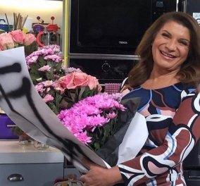 Η Αργυρώ Μπαρμπαρίγου με μια αγκαλιά λουλούδια αφιερωμένη: Στις ηρωίδες της κάθε μέρας, στις γυναίκες (φωτό)  - Κυρίως Φωτογραφία - Gallery - Video