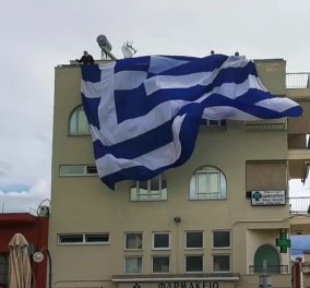 Σκέπασε το μισό κτίριο! Ελληνική σημαία 140 τ.μ στην Αργολίδα για τον εορτασμό της 25ης Μαρτίου (βίντεο) - Κυρίως Φωτογραφία - Gallery - Video