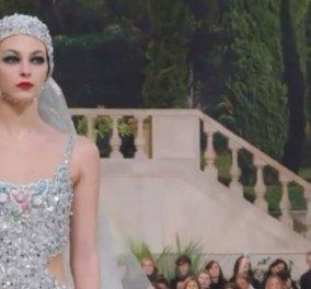 "H Vittoria Ceretti με το πιο ""απροσδόκητο"" νυφικό ever - Kαι κάπως έτσι... τα επικά ντεφιλέ της Chanel μένουν στην ιστορία (βίντεο) - Κυρίως Φωτογραφία - Gallery - Video"