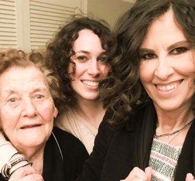 Ελευθερία Αρβανιτάκη: Γιαγια, μαμά και κόρη χαμογελούν στον φακό - Σγουρομάλλες και οι τρεις (φωτό) - Κυρίως Φωτογραφία - Gallery - Video
