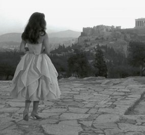 Vintage pic: Σαν αερικό η Έλλη Λαμπέτη - Ανεβασμένη στον λόφο του Φιλοπάππου για το «τελευταίο ψέμα» του Μιχάλη Κακογιάννη - Κυρίως Φωτογραφία - Gallery - Video