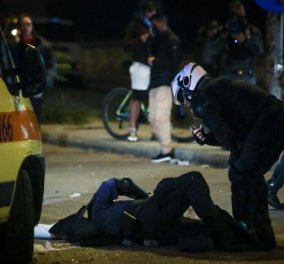 Και τώρα τι, ποιος φταίει; Καρέ - καρέ τα 2,5 λεπτά στην Νέα Σμύρνη με το ξυλοκόπημα του αστυνομικού από κουκουλοφόρους - Βίντεο & επεισόδια βίας & ντροπής  - Κυρίως Φωτογραφία - Gallery - Video