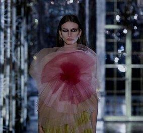 Η «ανατριχιαστική ομορφιά» του Dior: Μέσα από τις Βερσαλλίες παρουσίασε τη νέα του κολεξιόν, ένα σκοτεινό παραμύθι (φωτό & βίντεο) - Κυρίως Φωτογραφία - Gallery - Video
