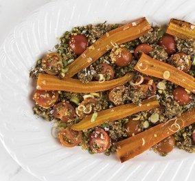 Ο Άκης Πετρετζίκης ετοιμάζει ένα ελαφρύ γεύμα - Σαλάτα με ψητά καρότα, ροβίτσα, κινόα και ντοματίνια - Κυρίως Φωτογραφία - Gallery - Video