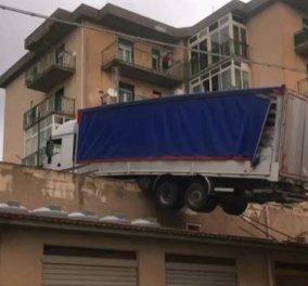 Μην κοιτάτε περίεργα, συνέβη! Μια νταλίκα στην σκεπή, κρέμεται έτοιμη να… φύγει σαν τρελή & να ρίξει το σπίτι μαζί (βίντεο) - Κυρίως Φωτογραφία - Gallery - Video