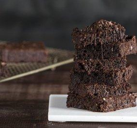 Ο Άκης Πετρετζίκης φτιάχνει ακαταμάχητα Brownies με αβοκάντο χωρίς μίξερ - Θα τα λατρέψετε  - Κυρίως Φωτογραφία - Gallery - Video
