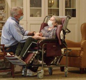 """Συγκινητική Story of the Day: Ζευγάρι παντρεμένο 55 χρόνια """"χώρισε"""" λόγω Covid -  Η πρώτη αγκαλιά ύστερα από ένα χρόνο (φώτο- βίντεο)  - Κυρίως Φωτογραφία - Gallery - Video"""