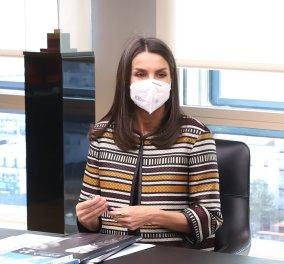 """Το απόλυτο ανοιξιάτικο look από την """"Fashion Icon"""" βασίλισσα Λετίσια :  Υπέροχη με έθνικ σακάκι & λευκό παντελόνι (φώτο)  - Κυρίως Φωτογραφία - Gallery - Video"""