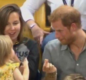 Το καλύτερο σκηνικό με τον πρίγκιπα Χάρι ήταν αυτό! Όταν ένα κοριτσάκι 2 ετών του έτρωγε τα ποπ κορν - Απίθανη η αντίδρασή του (βίντεο) - Κυρίως Φωτογραφία - Gallery - Video
