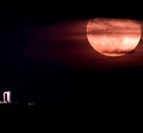 Υπερθέαμα το ''ροζ φεγγάρι'' του Απριλίου - Η μαγική φωτό με θέα το Ναό του Ποσειδώνα στο Σούνιο (βίντεο)  - Κυρίως Φωτογραφία - Gallery - Video