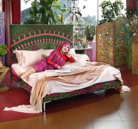 Λατρεία τα κρεβάτια που σχεδίασε η Zandra Rhodes για την Savoir - Ο οίκος που μάγεψε την Ελίζαμπεθ Τέιλορ  & η designer που έντυνε την Νταϊάνα  (φώτο)  - Κυρίως Φωτογραφία - Gallery - Video