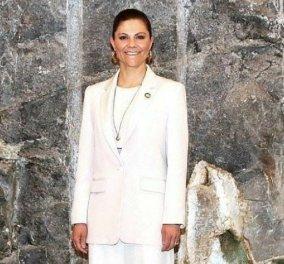 Ιέρεια του στυλ η Πριγκίπισσα Βικτώρια της Σουηδίας - Tres chic με μπεζ κοστούμι στην πρώτη δημόσια εμφάνιση μετά από έξι μήνες (φώτο) - Κυρίως Φωτογραφία - Gallery - Video
