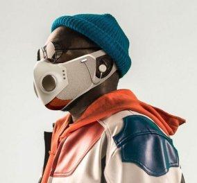 Ο ράπερ Will.i.am παρουσίασε την πρώτη «έξυπνη» μάσκα για τον κορωνοϊό - Εχει ανεμιστηράκια, ακουστικά, μικρόφωνο & φωτάκι για το βράδυ (βίντεο) - Κυρίως Φωτογραφία - Gallery - Video
