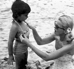 H παιδική ηλικία της Σερ σε 15 σπάνιες vintage pics: Η θεά της ποπ με την μαμά της που αναγκάστηκε να την βάλει σε ορφανοτροφείο (φώτο) - Κυρίως Φωτογραφία - Gallery - Video