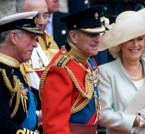 Αυτή την κάρτα έστειλε ο Κάρολος σε όσους τον συλλυπήθηκαν για τον θάνατο του πρίγκιπα Φίλιππου: Η vintage φωτό μπαμπά και γιου στο ταχύπλοο - Κυρίως Φωτογραφία - Gallery - Video