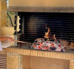 Έτοιμη για το σούβλισμα του οβελία η Ελένη Μενεγάκη - Άναψε τα κάρβουνα και στέλνει τις ευχές της για το Πάσχα (φωτό) - Κυρίως Φωτογραφία - Gallery - Video