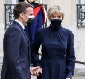 Brigitte Macron: Με bleu - nuit εφαρμοστό midi φόρεμα, ίδιες γόβες, μικρό κότσο και σκουλαρίκια με brilliant (φωτό & βίντεο) - Κυρίως Φωτογραφία - Gallery - Video