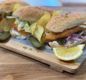 Η συνταγή της ημέρας από την Αργυρώ Μπαρμπαρίγου - Fish  burger με μαγιονέζα, άνηθο και πίκλες  - Κυρίως Φωτογραφία - Gallery - Video