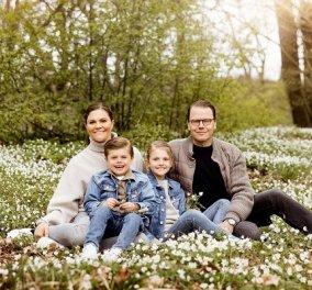 Μες τα λουλούδια η βασιλική οικογένεια της Σουηδίας: Η πριγκίπισσα Βικτώρια σε μια ανοιξιάτικη φωτό με τον άντρα της & τα παιδιά τους - Κυρίως Φωτογραφία - Gallery - Video