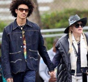 Η Madonna χεράκι- χεράκι με τον 27χρονο σύντροφο της - Είδαν ποδόσφαιρο - Το ματς του 15χρονου γιου της (φώτο-βίντεο) - Κυρίως Φωτογραφία - Gallery - Video