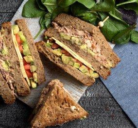 """Club sandwich με καπνιστό τόνο - Ο Άκης Πετρετζίκης """"πειράζει"""" την κλασσική συνταγή & το αποτέλεσμα είναι απολαυστικό!  - Κυρίως Φωτογραφία - Gallery - Video"""