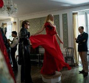 Roy Halston: Ο αυτοκαταστροφικός σχεδιαστής λάτρεψε την Lisa Minnelli & τον Λατίνο εραστή του - Τα ονειρικά ρούχα του στη ντουλάπα σας μέσω Netflix (φώτο) - Κυρίως Φωτογραφία - Gallery - Video