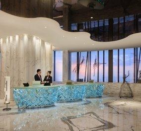 """Άνοιξε τις πύλες του το πιο ψηλό ξενοδοχείο στον κόσμο - Το υπερπολυτελές """"J Hotel"""" στην κορυφή του πύργου της Σαγκάης αγγίζει τον ουρανό (φώτο) - Κυρίως Φωτογραφία - Gallery - Video"""