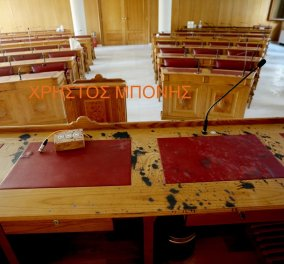Μονή Πετράκη: Σοκαριστικές  εικόνες από την αίθουσα συνεδριάσεων που έριξαν το βιτριόλι - Μεγάλη καταστροφή σε έπιπλα & έγγραφα (φώτο) - Κυρίως Φωτογραφία - Gallery - Video