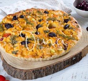 Φοκάτσια με ντοματίνια, ελιές και μυρωδικά από τη Ντίνα Νικολάου - Το ελαιόλαδο κάνει το ζυμάρι νόστιμο και τραγανό! - Κυρίως Φωτογραφία - Gallery - Video