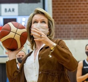 Η βασίλισσα Ματθίλδη του Βελγίου παίζει μπάσκετ με την Εθνική Γυναικών! Το λευκό σύνολο και το suede τζάκετ - άσσος στα σουτ! (φωτό) - Κυρίως Φωτογραφία - Gallery - Video