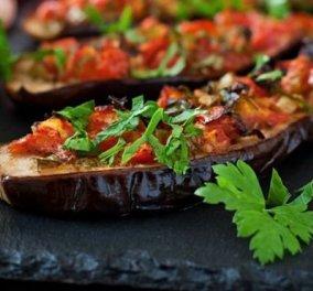 Ψητές μελιτζάνες με ντομάτα και σκόρδο: Ένα απολαυστικό, vegetarian πιάτο από τον Δημήτρη Σκαρμούτσο  - Κυρίως Φωτογραφία - Gallery - Video