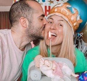 Γενέθλια για την Μαρία Ηλιάκη: Η τρυφερή φωτό με τον σύντροφό της και η ροζ τούρτα με την μαμά & το μωράκι της στον καναπέ - «οι 3 μας!»   - Κυρίως Φωτογραφία - Gallery - Video