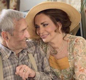 Η Μιμή Ντενίση αγκαλιάζει τρυφερά τον αειθαλή Γιάννη Βογιατζή - Ο αγαπημένος ηθοποιός στα 94 παίζει μαζί της στο «Σμύρνη μου αγαπημένη» (φωτό) - Κυρίως Φωτογραφία - Gallery - Video