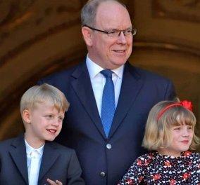 Στο μπαλκόνι του παλατιού ο πρίγκιπας Αλβέρτος του Μονακό με τα δίδυμα πριγκιπόπουλα Γκαμπριέλα & Ζακ: Ξανά απούσα η Σαρλίν (φωτό & βίντεο) - Κυρίως Φωτογραφία - Gallery - Video