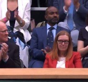 Συγκινητικό βίντεο: Η στιγμή που όλοι οι θεατές στο Wimbledon σηκώνονται όρθιοι και χειροκροτούν την δημιουργό του εμβολίου AstraZeneca - Κυρίως Φωτογραφία - Gallery - Video
