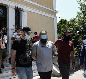 Επίθεση με καυστικό υγρό στην Μονή Πετράκη: Προφυλακιστέος ο πρώην κληρικός - ''Ήθελα να το ρίξω πάνω μου, αλλά θόλωσα & το πέταξα στους μητροπολίτες'' (βίντεο) - Κυρίως Φωτογραφία - Gallery - Video