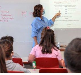 Έτσι θα γίνει η επιστροφή δασκάλων & καθηγητών στα σχολεία: Με βεβαίωση εμβολιασμού, νόσησης, αρνητικού rapid test ή PCR  - Κυρίως Φωτογραφία - Gallery - Video