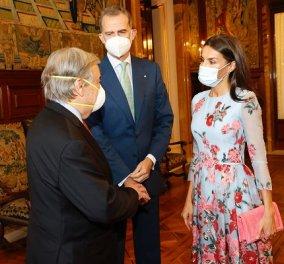 Η πιο λουλουδάτη εμφάνιση της βασίλισσας Λετίσια: Floral φόρεμα, ροζ τσάντα και ασορτί γόβες - ένα outfit του ονείρου (φωτό) - Κυρίως Φωτογραφία - Gallery - Video