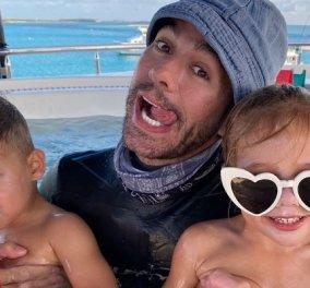 Ο Enrique Iglesias με τα δίδυμα στην πισίνα: Άψογη η 3χρονη Lucy με γυαλιά - καρδούλα! - ο Nicholas πάλι... δεν ενθουσιάστηκε (φωτό) - Κυρίως Φωτογραφία - Gallery - Video