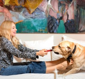 Η Σμαράγδα Καρύδη πετάει στον αέρα για να φτάσει τον σκύλο της - Αλίμονο, ο  Γιάννης το Labrador, στέκει πάντα ψηλότερα - Κυρίως Φωτογραφία - Gallery - Video