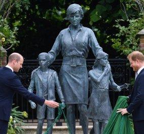 """""""Το αίμα νερό δεν γίνεται..."""" : Το συγκινητικό """"reunion"""" του Πρίγκιπα Χάρι με τον αδερφό του Ουίλιαμ στα αποκαλυπτήρια του αγάλματος της μητέρας τους - """"Καθημερινά ευχόμαστε να ήταν μαζί μας"""" (φώτο) - Κυρίως Φωτογραφία - Gallery - Video"""
