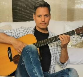 Στο κόμμα του Γιώργου Τράγκα ο τραγουδιστής Γρηγόρης Πετράκος - Ποιος είναι ο σύζυγος της Θεοφανίας Παπαθωμά  - Κυρίως Φωτογραφία - Gallery - Video
