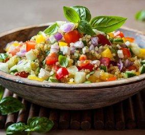 Ο Δημήτρης Σκαρμούτσος μας φτιάχνει την πιο απολαυστική αρωματική σαλάτα με κινόα, λαχανικά και κρέμα βαλσάμικου με δαμάσκηνο - Κυρίως Φωτογραφία - Gallery - Video