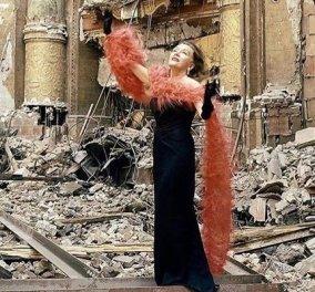 Απίθανο vintage κλικ: Η Γκλόρια Σουάνσον ποζάρει με φτερά & κοσμήματα αξίας 170.000 δολ στα ερείπια του θεάτρου Roxy στη Νέα Υόρκη - Κυρίως Φωτογραφία - Gallery - Video