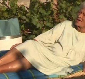 Συγκινεί η συγκλονιστική ιστορία της 92χρονης κυρίας Άννας: Ζει στο καμένο σπίτι της στην Βαρυμπόμπη - «Δεν φεύγω» (βίντεο) - Κυρίως Φωτογραφία - Gallery - Video