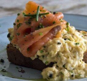 Άκης Πετρετζίκης: Προτείνει το τέλειο brunch – Scrambled eggs με σολομό για ένα φανταστικό πρωινό - Κυρίως Φωτογραφία - Gallery - Video